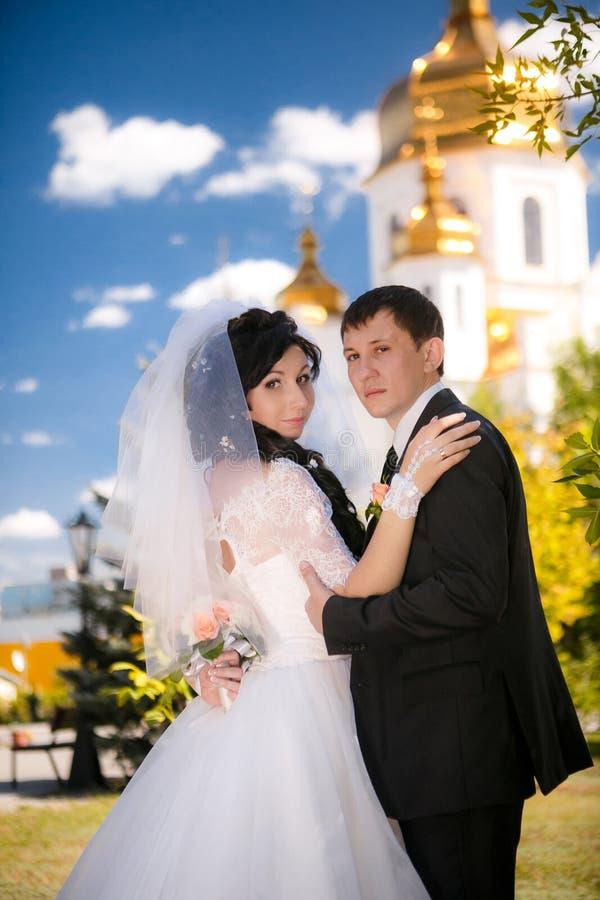 年轻人修饰和室外新娘的画象 图库摄影