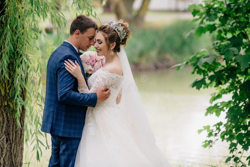人倾斜了他的头反对他心爱的妇女并且闭上了他的眼睛 女孩微笑并且是愉快的她结婚 库存图片