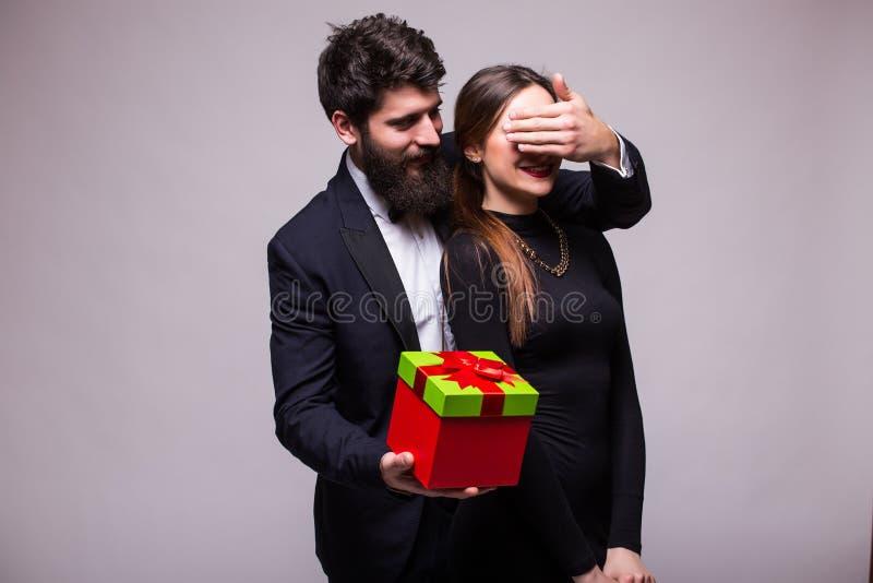 年轻人做他的女朋友的惊奇礼物 免版税库存照片
