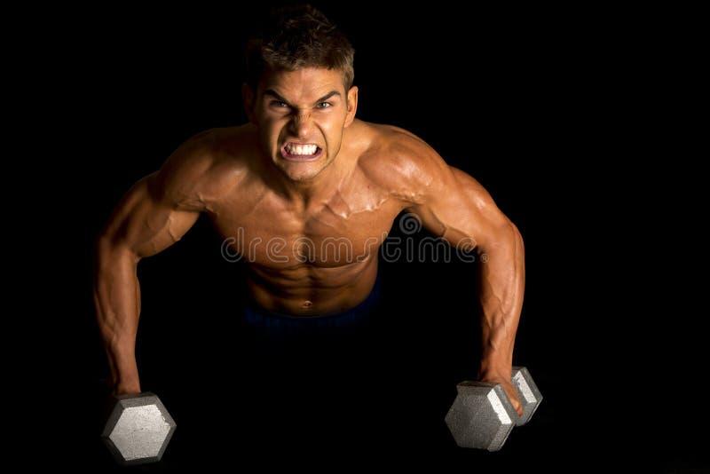 人健身在黑pushup战斗的没有衬衣 免版税库存照片