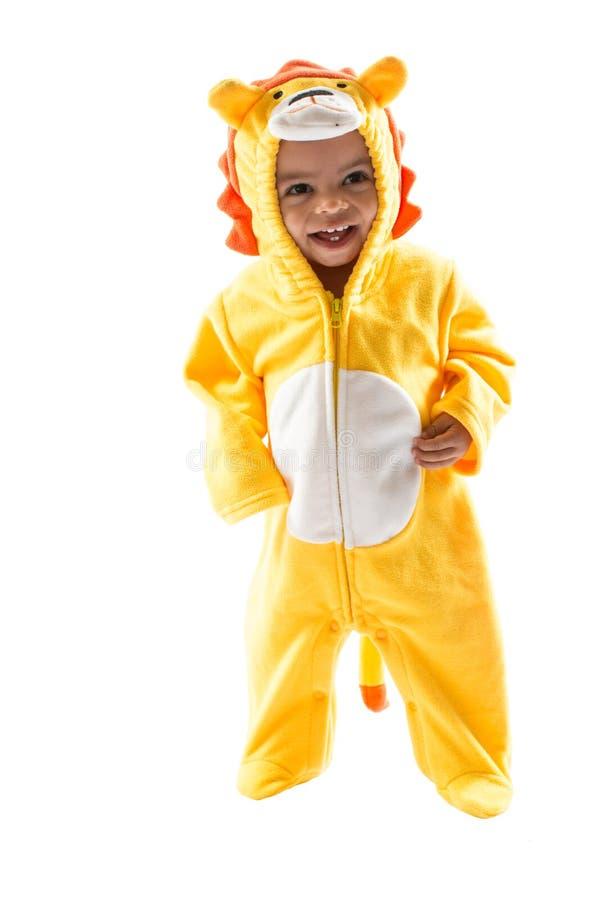 黑人儿童男孩,打扮在狮子狂欢节衣服,隔绝在白色背景 婴孩黄道带-标志利奥 免版税图库摄影