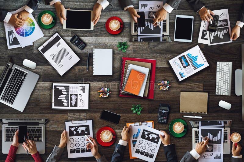 人公司业务队概念顶视图数字销售的媒介智能手机软件 库存图片
