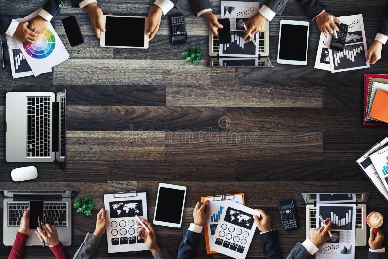 人公司业务队概念顶视图数字销售的媒介智能手机软件 免版税库存照片