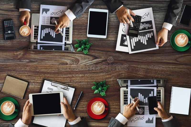 人公司业务队概念顶视图数字销售的媒介智能手机软件 图库摄影