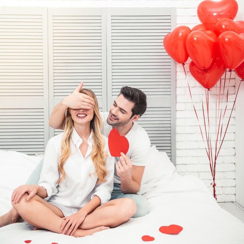 人关闭的眼睛他的惊奇的女朋友 免版税库存图片
