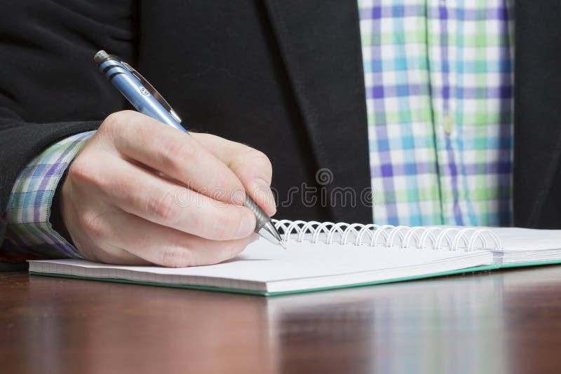 人写着备忘录和佩带企业成套装备 免版税库存图片