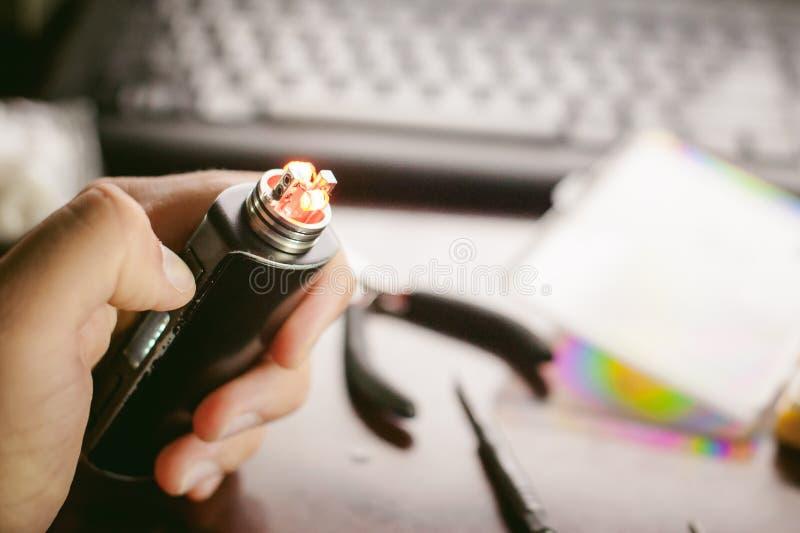 人准备卷电子吸烟鲜美vape汁液 库存照片