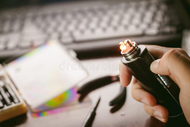 人准备卷电子吸烟鲜美vape汁液 库存图片