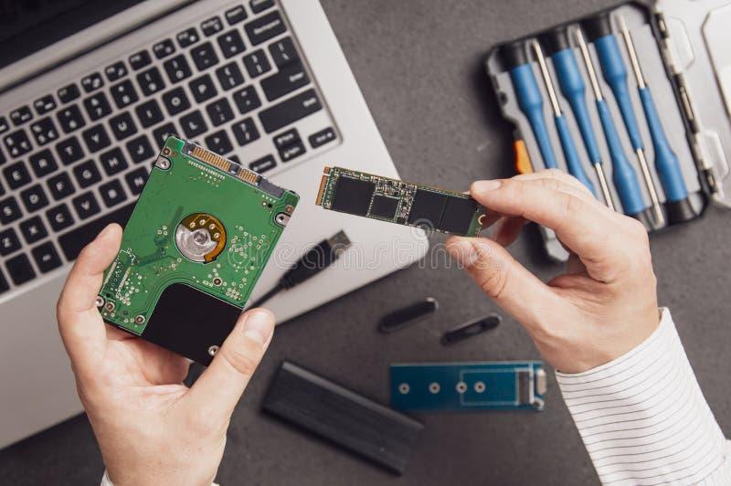 人准备用现代M替换老硬盘驱动器驱动 2 免版税图库摄影