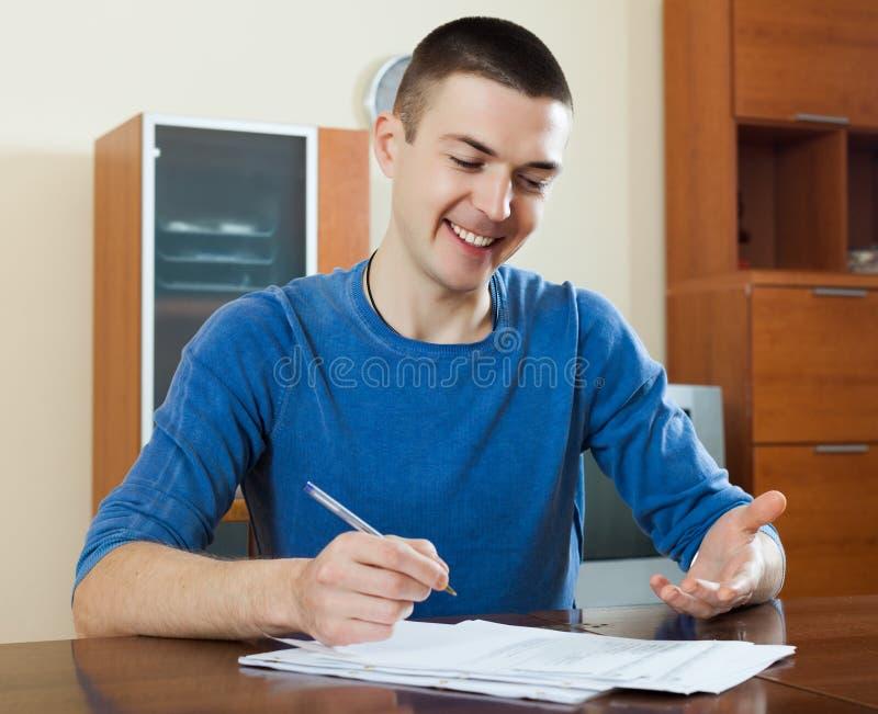 人凝视财政文件在桌上 免版税图库摄影