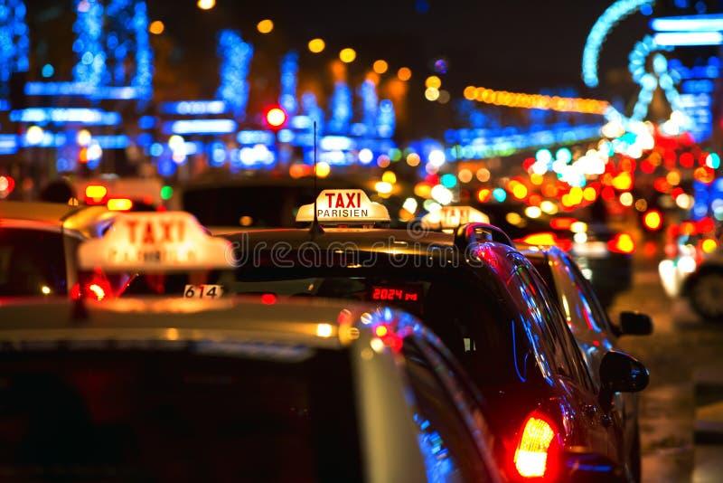 巴黎人出租车和光在香榭丽舍大街在巴黎,法国 免版税库存图片