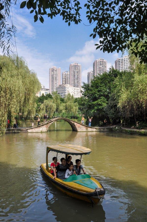 人划船在沼泽地公园 图库摄影