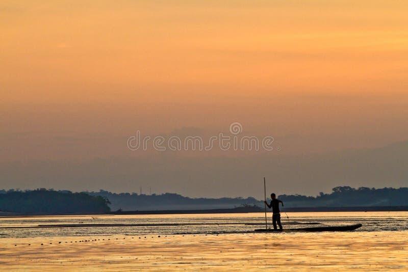 年轻人剪影一个独木舟的沿那坡 图库摄影