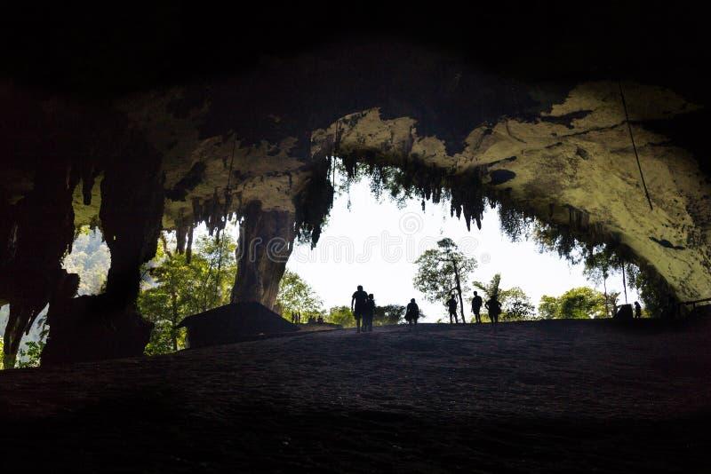 人剪影巨大洞房间的, Mulu国家公园 免版税库存照片