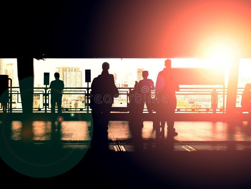 人剪影train&的x27; 有背后照明的s平台 库存照片