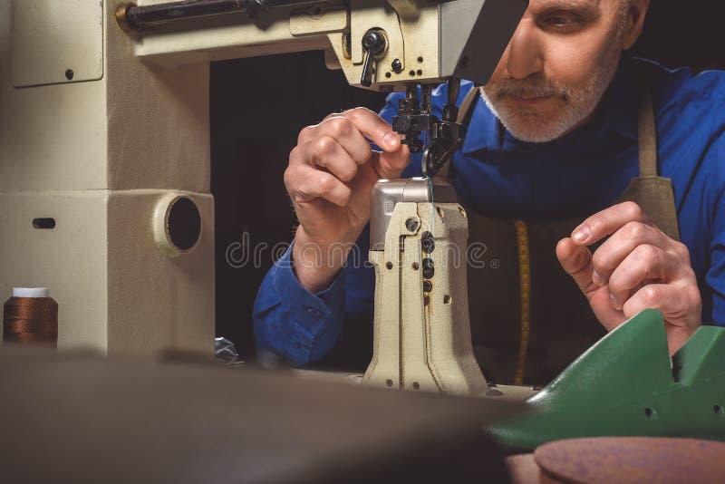 人剪裁的机器为工作做准备 免版税库存照片
