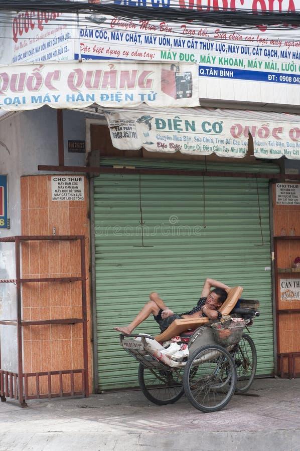 人力车三轮车车手在胡志明市,越南采取在街道的休息 免版税图库摄影