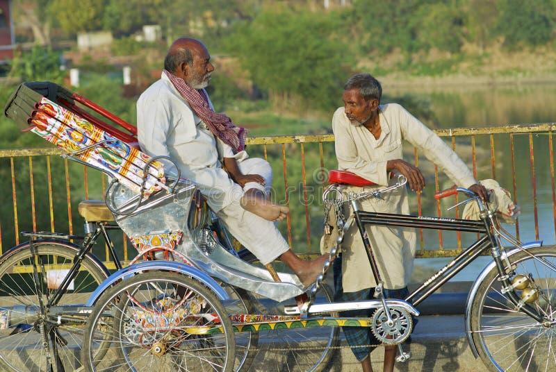 人力车等待乘客,瓦腊纳西,印度 免版税库存照片