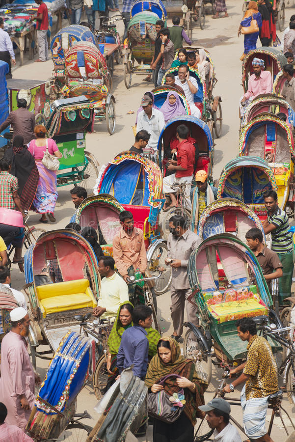 人力车运输乘客在达卡,孟加拉国 免版税库存照片