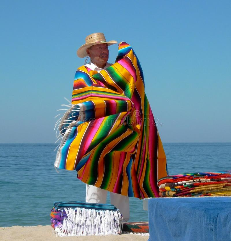 人卖在海滩普埃尔托巴利亚塔墨西哥的毯子 免版税图库摄影