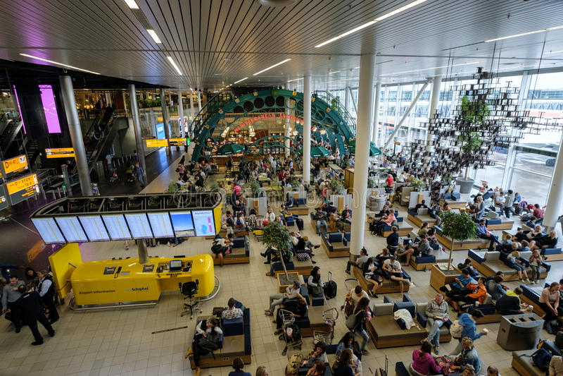 人参观离开大厅在国际斯希普霍尔机场 免版税库存图片