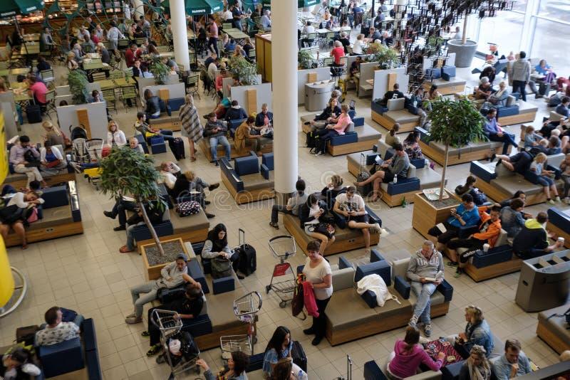 人参观离开大厅在国际斯希普霍尔机场 免版税库存照片