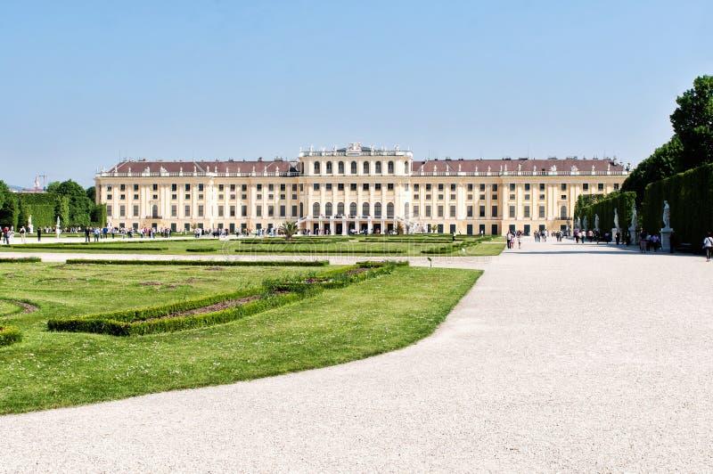 人参观Schonbrunn宫殿和庭院 免版税库存图片