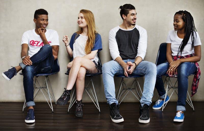 人友谊坐的谈的青年文化概念 库存照片