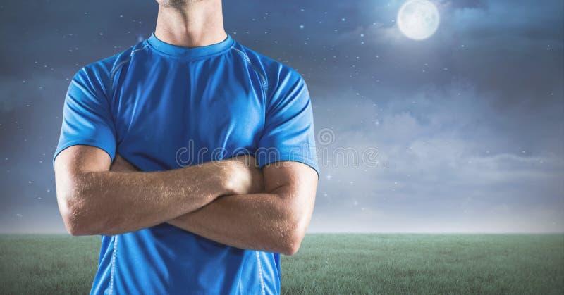 人反对风景的健身躯干的综合图象在夜之前 库存例证