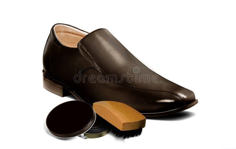 人变褐有磨光器和刷子的鞋子 免版税图库摄影