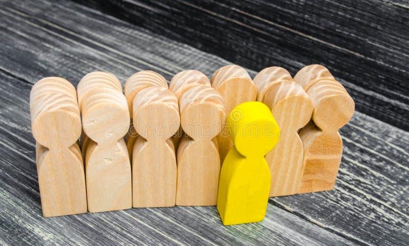 人叶子/从人群引人注意 在企业队的领导 一名有天才的工作者 特别观点 选择的一个 免版税库存图片