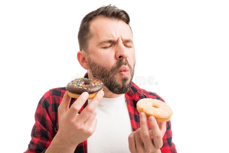 人吞食的油炸圈饼 免版税库存照片