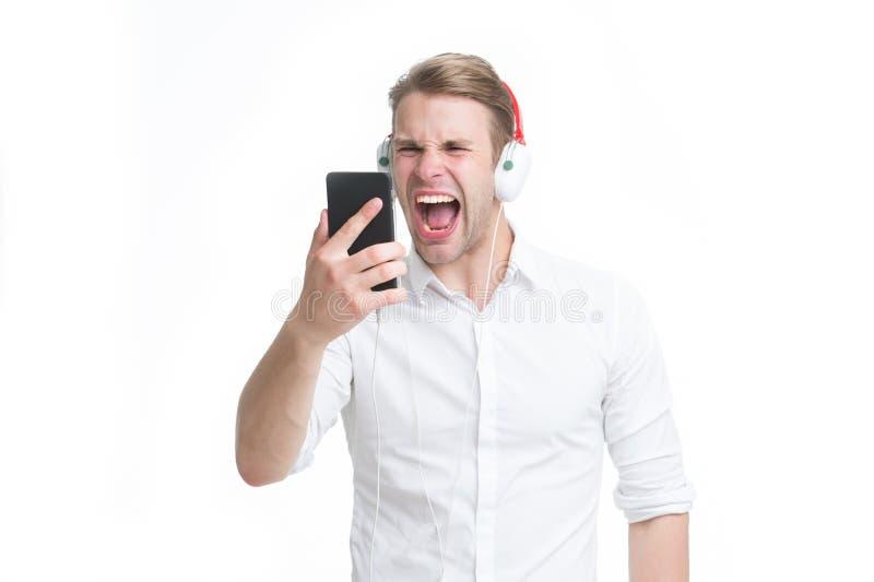 人听音乐耳机 听与便携式的小配件的音乐收音机 记住歌曲集中的人呼喊的面孔 免版税库存照片