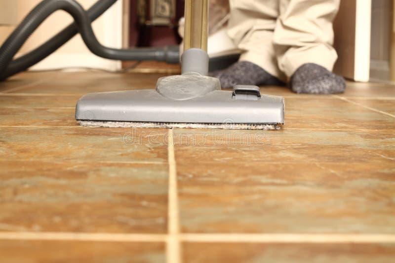 人吸尘的地板A 免版税库存图片