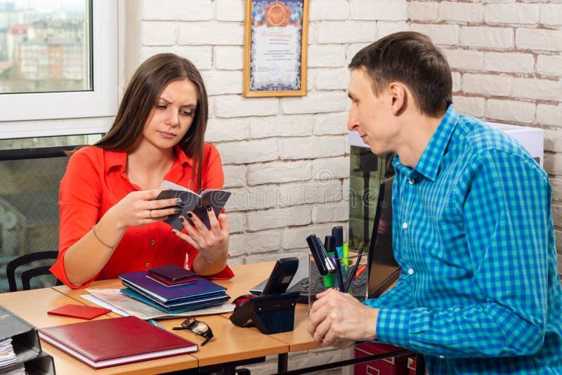 人员专家认真学习申请人位置的本文 免版税库存照片