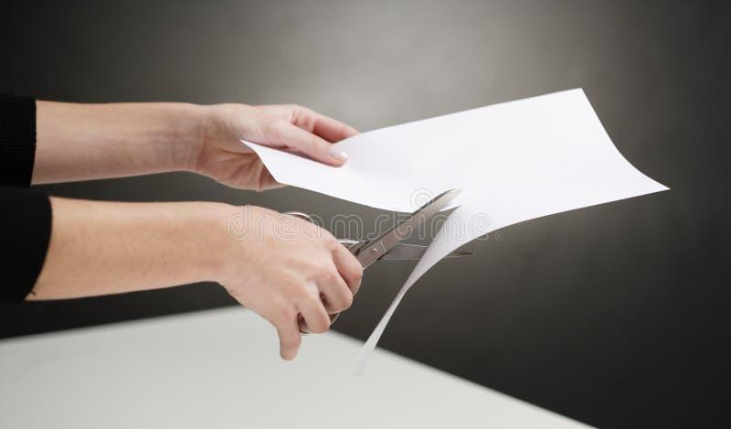 人员剪切纸张的现有量 库存图片