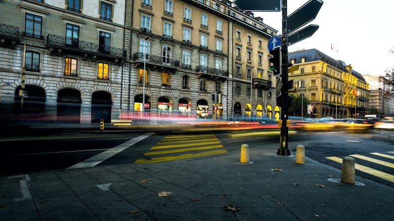 人和交通光迷离在繁忙的城市都市街道上 图库摄影