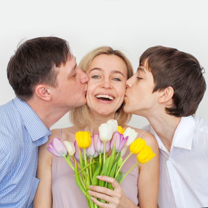 人和儿子给花花束妇女 免版税库存图片