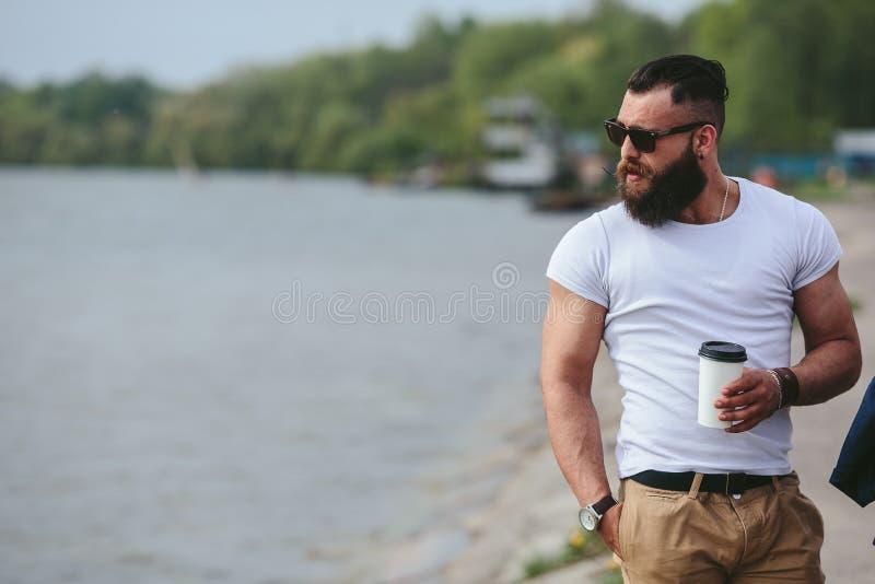 人和咖啡在海滩 免版税库存照片
