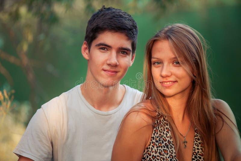 人和女孩在夏天坐水 孩子在度假休息本质上 免版税库存照片