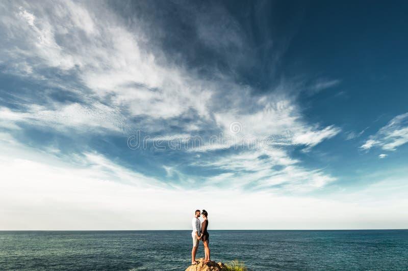人和女孩在山顶部 免版税图库摄影