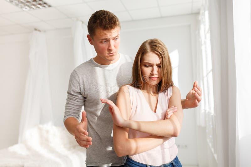 人和女孩的争吵 一对年轻夫妇发誓 争吵的概念在家庭的 免版税图库摄影