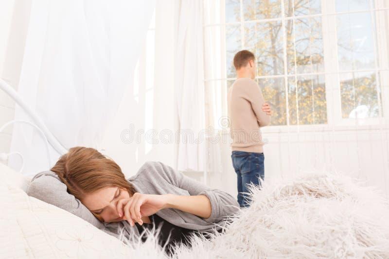 人和女孩的争吵 一对年轻夫妇发誓 争吵的概念在家庭的 免版税库存照片