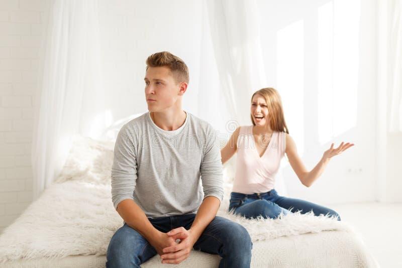 人和女孩的争吵 一对年轻夫妇发誓 争吵的概念在家庭的 免版税库存图片