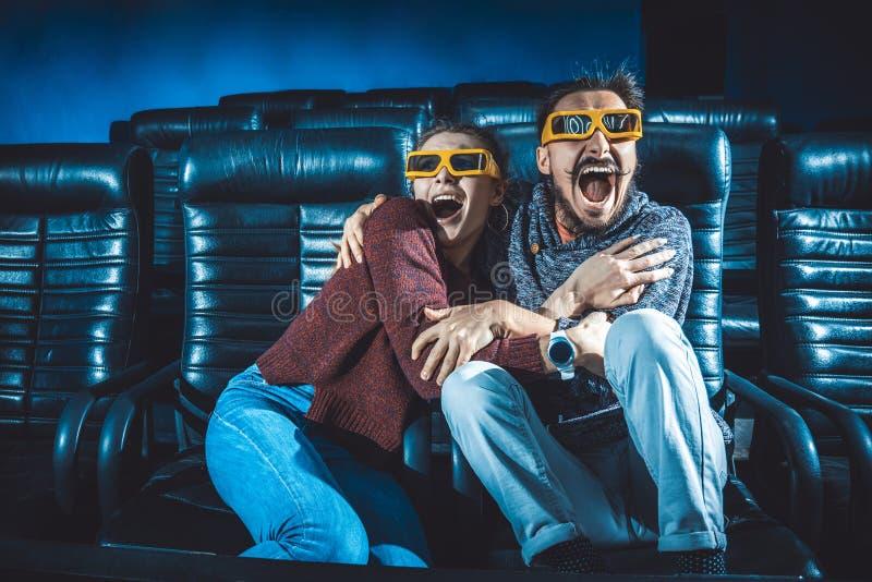 人和女孩3d玻璃非常担心,当观看电影时 库存图片