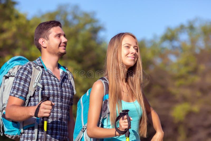 年轻人和妇女旅行的室外表达的乐趣和乐趣 免版税库存图片