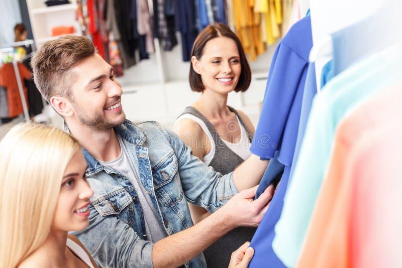 年轻人和妇女去的一起购物 免版税库存图片
