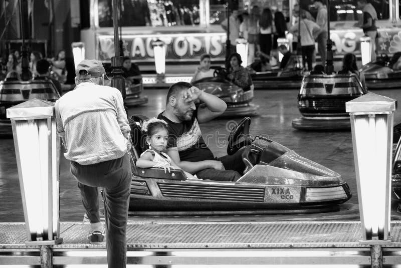 人和孩子从驾驶碰碰车的休假在市场 库存图片