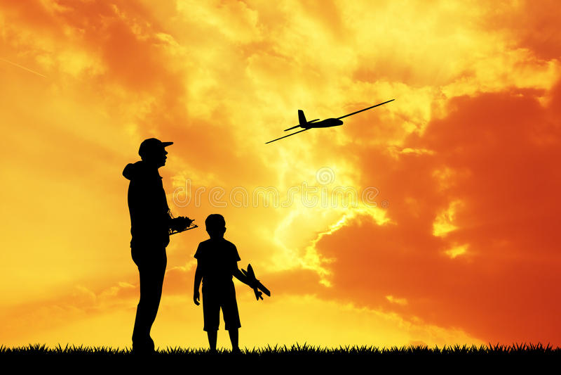 人和孩子有遥控飞机的模型的 皇族释放例证