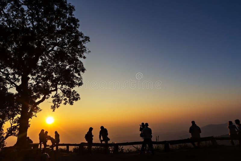 人和树现出轮廓与日落 库存图片